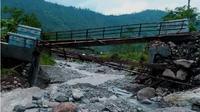 Jembatan Kali Mrawu putus, ratusan warga Dukuh Buana terisolasi. (Liputan6.com/Galoeh Widura)