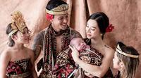 Gaya Pemotretan Keluarga Irfan Bachdim Pakai Kain Nusantara, Tampil Kompak. (Sumber: Instagram/jenniferbachdim)