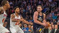 Small forward Utah Jazz, Gordon Hayward (kanan) membawa bola melewati point guard New York Knicks, Derrick Rose (tengah) pada laga NBA di Madison Square Garden, Minggu (6/11/2016) waktu setempat. (Gregory J. Fisher-USA TODAY)