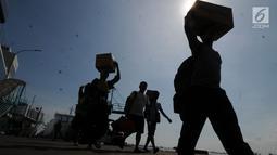 Penumpang turun dari KM Dharma Ferry VII di Dermaga Gapura Surya Nusantara, Pelabuhan Tanjung Perak, Surabaya, Jawa Timur, Kamis (30/5/2019). PT Pelabuhan Indonesia (Pelindo) III menyatakan pemudik diperkirakan meningkat 3% dibandingkan arus mudik pada Lebaran tahun lalu. (merdeka.com/Dwi Narwoko)