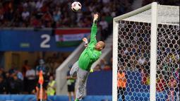 Aksi Gabor Kiraly bukan cuma sekadar memecahkan rekor pemain dan kiper tertua di Piala Eropa. Dia turut membawa Hungaria ke babak 16 besar. (Foto: AFP/Remy Gabalda)