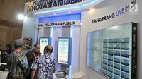 Pengunjung mencoba aplikasi layanan publik milik Pemkot Tangerang yang dipamerkan di Indonesia International Smart City, Jakarta, Rabu (17/7/2019). Pameran ini menampilkan berbagai konsep dan inovasi sistem perkotaan yang terintegrasi teknologi digital. (merdeka.com/Iqbal S. Nugroho)