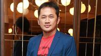 """Ini jomblo milenial. Lebih seru. Saya merasa tidak menemukan satu joke secerdas itu. Pengen bikin film komedi seperti itu. Akhirnya remake film saya sendiri,"" kata Hanung di Kemang Village, Jakarta Selatan, Jumat (29/9) malam. (Nurwahyunan/Bintang.com)"