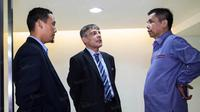 Plt Ketua Umum PSSI, Hinca Panjaitan (kanan) bersama  Sekretaris Jenderal, Aswan Karim (kiri) berdiskusi dengan perwakilan FIFA, Primo Corvaro, di Kantor PSSI, Jakarta, Senin (20/6/2016). (Bola.com/Vitalis Yogi Trisna)