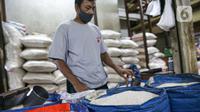 Pedagang beras menunggu pembeli di Pasar Tebet Timur, Jakarta, Jumat (11/6/2021). Sebelumnya, pemerintah berencana menjadikan bahan pokok sebagai objek pajak. (Liputan6.com/Faizal Fanani)