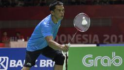 Ukun Rukendi pebulutangkis Indonesia meraih medali perak setelah gagal mengalahkan Bhagat Pramod asal India di nomor tunggal putra SL3 pada Asian Para Games 2018 di Istora Senayan, Sabtu (13/10/2018).  (Bola.com/Peksi Cahyo)