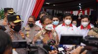 Menteri Kesehatan RI Budi Gunadi Sadikin meninjau pelaksanaan vaksinasi COVID-19 di PT Mayora Indah Tbk di Jakarta Barat pada 23 Juni 2021. (Dok Kementerian Kesehatan RI/Rokom/Nursiwan)