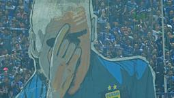 Koreografi Bobotoh menampilkan pelatih Roberto Mario Gomez saat mendukung Persib Bandung melawan Mitra Kukar pada laga Liga 1 Indonesia 2018 di Stadion GBLA, Bandung, Jawa Barat, Minggu (8/4/2018). Persib Bandung menang 2-0. (Bola.com/Nick Hanoatubun)
