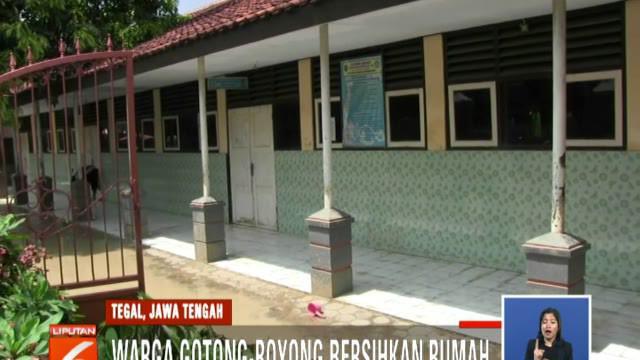 Warga Tegal, Jawa Barat, dibantu TNI dan Polri bersihkan rumah usai banjir bandang.