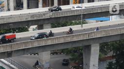 Sejumlah sepeda motor nekat melintasi jalan layang non tol (JLNT) Casablanca, Jakarta, Selasa (10/12/2019). Meskipun Sudah dilarang namun masih banyak para pengendara sepedah motor nekat memasuki jalur tersebut. (Liputan6.com/Angga Yuniar)