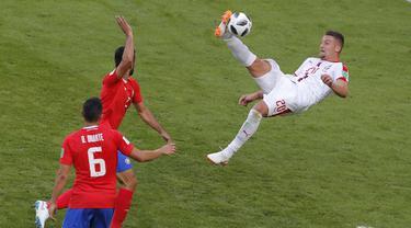 Pemain Serbia, Sergej Milinkovic-Savic (kanan) melakukan tendangan salto saat melawan KOsta Rika pada laga grup E Piala Dunia 2018 di Samara Arena, Samara, Rusia, (17/6/2018). Serbia menang 1-0. (AP/Vadim Ghirda)