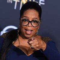 "Aktris sekaligus presenter, Oprah Winfrey menghadiri premier film ""A Wrinkle In Time"" di Hollywood's El Capitan Theater, Los Angeles, Senin (26/2). Oprah Winfrey datang dalam balutan Atelier Versace mididress warna navy. (Jordan Strauss/Invision/AP)"