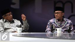 Ketua PBNU Said Aqil Siradj (kiri) saat menghadiri acara yang dipandu Najwa Shihab di Jakarta, Rabu (2/11). Said Aqil mengapresiasi personel polisi bersorban putih yang diturunkan untuk mengamankan aksi damai bela Alquran. (Liputan6.com/Faizal Fanani)