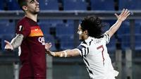 Bek AS Roma, Gianluca Mancin tampak kecewa ketika striker Manchester United, Edinson Cavani mencetak gol ke gawang timnya pada leg  semifinal Liga Europa. (Filippo MONTEFORTE / AFP)