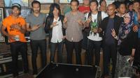 Joko Widodo mendatangi markas band legendaris Slank di Gang Potlot, Jakarta, Selasa (27/5/14). (Liputan6.com/Herman Zakharia)