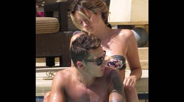 Pemain Arsenal Mesut Ozil saat bersama pacarnya Mandy Capristo saat liburan di Las Vegas (Dailymail)
