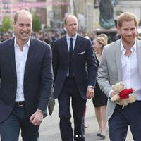 Pangeran Harry dan Pangeran William menyapa warga di sekitar Kastil Windsor (Instagram @kensingtonroyal)