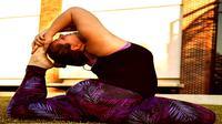 Wanita berbadan gemuk mahir berpose yoga.
