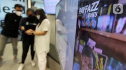 Model menunjukkan aplikasi Payfazz Buku di Jakarta (21/06/2021). CrediBook dan Payfazz berkolaborasi mendukung digitalisasi sebanyak mungkin UMKM di Indonesia melalui kemudahan pencatatan keuangan usaha sehari-hari untuk mendorong produktivitas usaha kecil. (Liputan6.com/HO/Ading)
