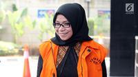Anggota DPR Komisi VII Eni Maulani Saragih tersenyum saat tiba untuk menjalani pemeriksaan oleh penyidik di gedung KPK, Jakarta, Rabu (15/8). Eni Saragih diperiksa sebagai saksi untuk tersangka Johannes Budisutrisno Kotjo. (Merdeka.com/Dwi Narwoko)