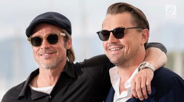 Aktor Brad Pitt dan Leonardo DiCaprio berpose saat menghadiri pemutaran film 'Once Upon a Time in Hollywood' selama Festival Film Cannes Internasional ke-72 di Prancis (22/5/2019). (AP Photo/Joel C Ryan)