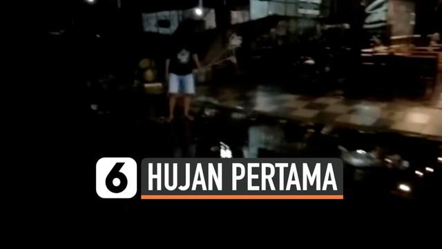 Hujan akhirnya turun di kota Polewali Mandar, Sulawesi Barat. Derasnya hujan membuat ikan di area tambak dan pembibitan meluap ke jalanan.