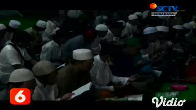 Menjelang pergantian tahun baru, warga Asemrowo, Surabaya, Jawa Timur menggelar doa bersama. Kegiatan tersebut bertujuan untuk meminta keselamatan bangsa, dan dijauhkan dari bencana khususnya pandemi Covid-19.