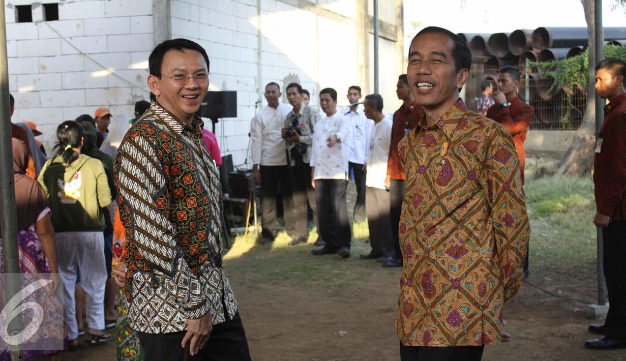 Presiden Jokowi dan Gubernur Ahok saat memberikan sembako di kawasan Cilincing, Jakarta, Kamis (3/9/2015). (Liputan6.com/Gempur M Surya)