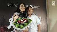 "Ayu Ting Ting berfoto bersama ayah Rojak saat peluncuran album terbaru yang bertajuk ""Kamu Kamu Kamu"" di kawasan Kemang, Jakarta (9/8). (Liputan6.com/Herman Zakharia)"