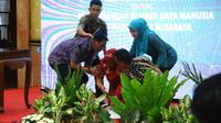 Wali Kota Risma menandatangani nota kesepahaman dengan Grup Astra Surabaya terkait pengembangan sumber daya manusia bagi warga Kota Surabaya. (Liputan6.com/ Dian Kurniawan)