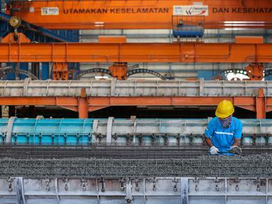 Pekerja menyelesaikan pembuatan spun pile atau tiang pancang di Plant Karawang PT Waskita Beton Precast, Jawa Barat, Rabu (17/6/2020). Anak usaha PT Waskita Karya yang mampu memproduksi 450 ribu ton per tahun mensuplai kebutuhan akan beton cetak dan pra cetak. (Liputan6.com/Fery Pradolo)