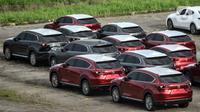 Deretan mobil baru terparkir di kawasan Marunda, Cilincing, Jakarta, Senin (21/6/2021). Diskon 0 persen Pajak Penjualan atas Barang Mewah (PPnBM) sebagai upaya mengakselerasi pemulihan ekonomi nasional di masa pandemi. (merdeka.com/Iqbal S. Nugroho)