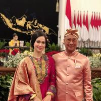 Menteri Sosial Loemongga Haoemasan mengenakan baju kurung ala Minang rancangan Didiet Maulana. Sumber foto: Document/Didiet Maulana.