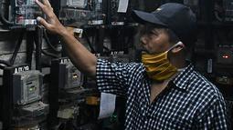 Warga memasukkan pulsa token listrik di Rumah Susun Bendungan Hilir 2, Jakarta, Rabu (20/1/2021). Pemerintah memperpanjang Program Pemulihan Ekonomi Nasional (PEN) Sektor Ketenagalistrikan berupa subsidi listrik hingga Maret 2021, yang dapat diklaim mulai 7 Januari. (Liputan6.com/Herman Zakharia)