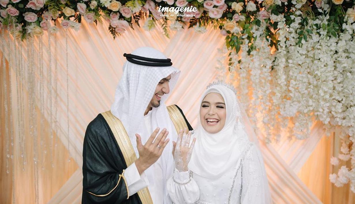 Menjadi pasangan pengantin baru, Vebby Palwinta dan Razi Bawazier tak henti berbagi cerita bahagia. Terbaru, mereka mengunggah ceritanya di Youtube (8/5/2020). Keduanya bercerita tentang awal mula berpacaran. (Instagram/vebbypalwinta)