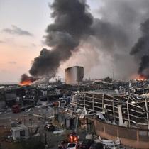 Rekaman video yang beredar menunjukkan ledakan membuat efek asap seperti kepala jamur dalam ukuran besar di ibukota Lebanon, Beirut (AFP)