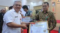 Penghargaan diserahkan oleh Asisten Administrasi Umum Provinsi Banten Syamsir Alam dan diterima langsung oleh Sekertaris Daerah Kota Tangerang, Dadi Budaeri.