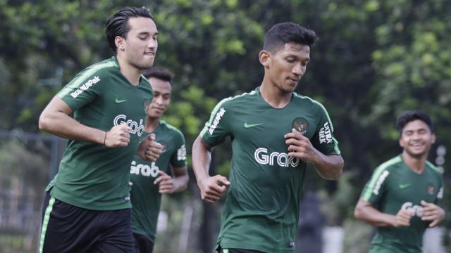 Pemain Timnas Indonesia U-23, Ezra Walian, melakukan pemanasan saat latihan. (Bola.com/Vitalis Yogi Trisna)