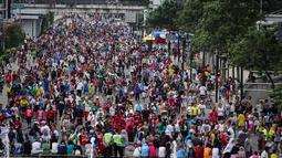 Ribuan orang memadati jalan Sudirman Jakarta saat Hari Bebas Kendaraan Bermotor (HBKB) terakhir di tahun 2014, Jakarta, Minggu (28/12/2014). (Liputan6.com/Faizal Fanani)