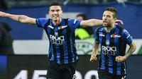 Penyerang Atalanta, Alejandro Gomez, dan bek Robin Gosens, melakukan selebrasi pada sebuah laga Serie A 2018-2019. (AFP/Miguel Medina)