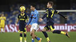 Striker Napoli, Hirving Lozano (kiri) menguasai bola dibayangi bek Parma, Riccardo Gagliolo dalam laga lanjutan Liga Italia 2020/21 pekan ke-20 di Diego Armando Maradona Stadium, Minggu (31/1/2021). Napoli menang 2-0 atas Parma. (LaPresse via AP/Alessandro Garofalo)