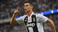 Striker Juventus, Cristiano Ronaldo, melakukan selebrasi usai membobol gawang AC Milan pada laga final Supercopa Itali 2019 di Stadion King Abdullah Sports City, Jeddah, Rabu (16/1). (AFP/Giuseppe Cacace)