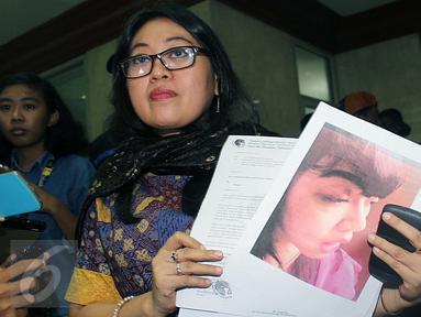 Direktur LBH APIK Ratna Bantara Mukti menunjukan bukti dan surat laporan kepada Mahkamah Kehormatan Dewan (MKD) DPR, Jakarta, (2/2). Ia mengadukan dugaan pemukulan yang dilakukan Masinton Pasaribu kepada staf ahli Dita Aditia. (Liputan6.com/JohanTallo)