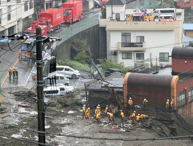 Pencarian Korban Tanah Longsor di Kota Atami Jepang