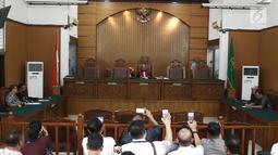 Suasana sidang praperadilan Gubernur Aceh nonaktif Irwandi Yusuf di PN Jakarta Selatan, Rabu (24/10). Hakim tunggal Riyadi Sunindyo menolak permohonan praperadilan Irwandi Yusuf. (Liputan6.com/Herman Zakharia)