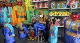 Pekerja membuat ondel-ondel di Rumah Produksi Ondel-Ondel Jakarta, Setu Babakan, Jakarta Selatan, Minggu (19/9/2021). Setelah stagnan selama dua tahun akibat pandemi COVID-19, produksi dan penjualan ondel-ondel pasca PPKM Level 3 mengalami kenaikan hingga 20 persen. (merdeka.com/Arie Basuki)