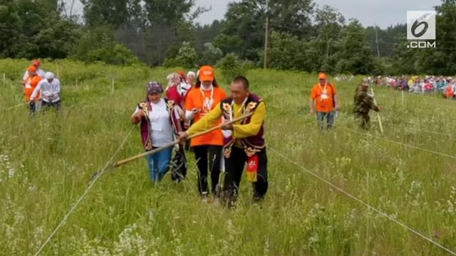 Kegiatan memotong rumput dijadikan sebagai kompetisi di Rusia. Para peserta mengenakan pakaian tradisional Rusia sebagai salah satu persyaratan.