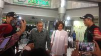 Quraish Shihab dan sang anak, Najwa Shihab datang bersama menjenguk Presiden ke-3 Republik Indonesia BJ Habibie. Pantauan Liputan6.com di lokasi, mereka datang sekira pukul 10.00 WIB.