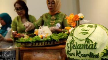 Peserta menyiapkan tumpeng saat mengikuti Lomba Menghias Tumpeng di Museum Nasional, Jakarta, Sabtu (22/4). Acara ini digelar untuk memperingati hari Kartini dan sekaligus merayakan ulang tahun Museum Nasional. (Liputan6.com/Fery Pradolo)
