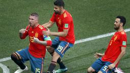 Pemain Rusia, Artyom Dzyuba merayakan golnya ke gawang Spanyol pada laga 16 besar di Luzhniki Stadium, Moskow, Rusia, (1/7/2018). Rusia dan Spanyol bermain imbang 1-1. (AP/Antonio Calanni)